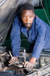 4038628-africains-travaillant-mecanicien-sur-un-vehicule-en-panne.jpg
