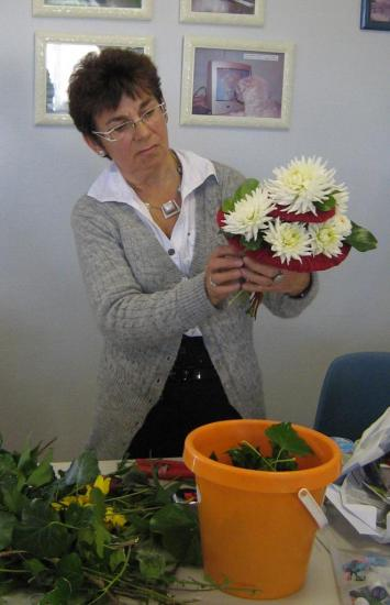 martine-finalise-le-bouquet-de-denise.jpg