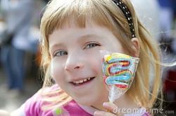 petite-fille-de-sourire-avec-le-bonbon-agrave-lucette-agrave-disposition-thumb14562212.jpg
